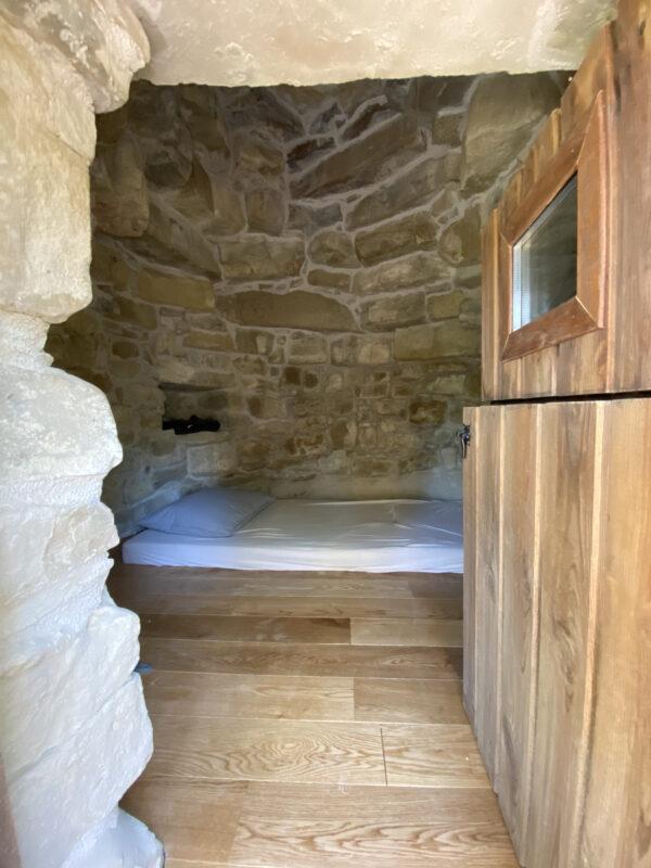 Interior d'una de les barraques de Montserrat