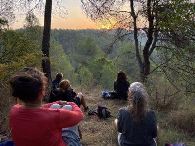 Viendo salir el sol, retiros en el bosque